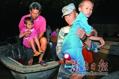 每当自然灾害袭击湛江时,驻湛部队都积极投入抢险救灾工作。