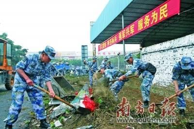 驻湛官兵积极支援湛江创文创卫工作。