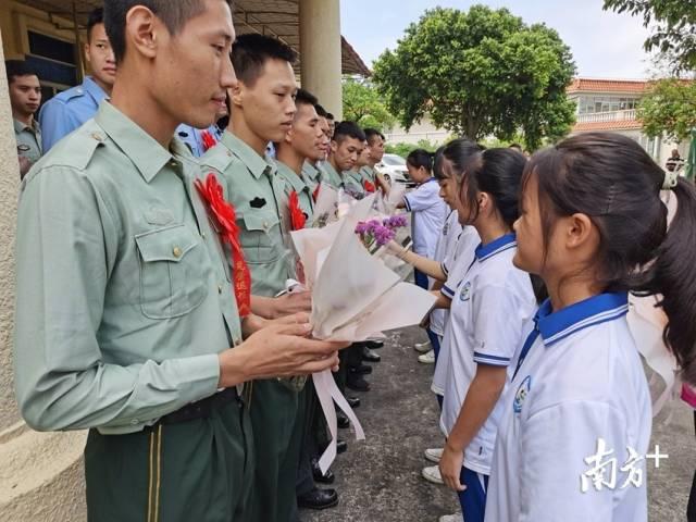 9月19日,佛冈县开展退役士兵适应性培训活动,佛冈县学生代表为退役士兵献上鲜花。