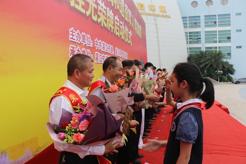 5少先队员向光荣之家代表献花  许金清摄_副本.jpg
