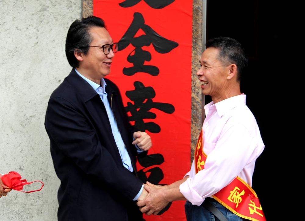 市委常委、秘书长金圣宏祝贺光荣之家代表_副本.jpg